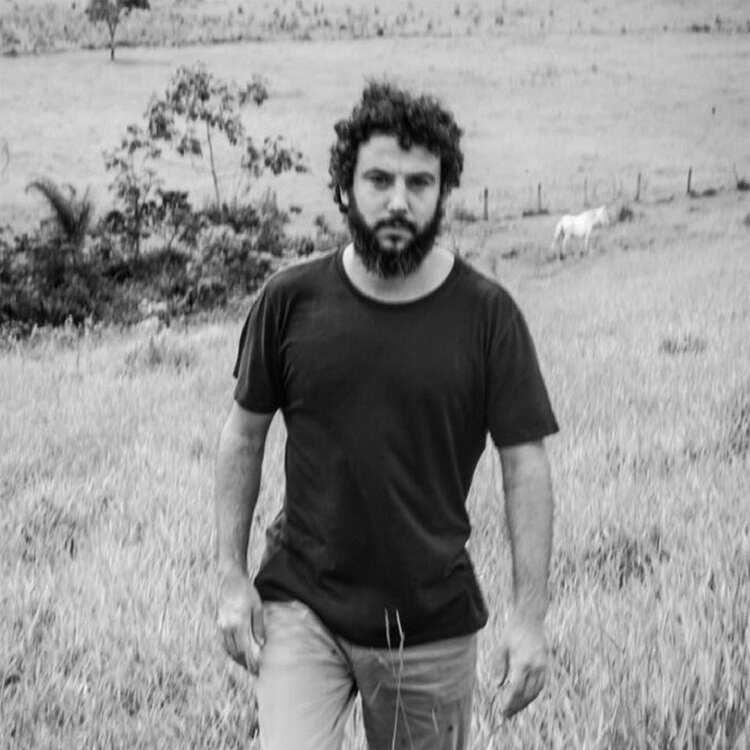 """Em meio à turbulência, a calma. Traduzindo as incertezas e desafios de um mundo em caos no single e clipe """"Estou Vivo"""", o cantor, compositor, multi instrumentista e produtor carioca Pedro Mann abraça as pequenas alegrias da vida com os pés no chão - literalmente."""
