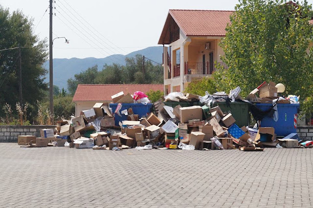 Βουνό από σκουπίδια στην πλατεία της Μαζαρακίας (+ΦΩΤΟ)