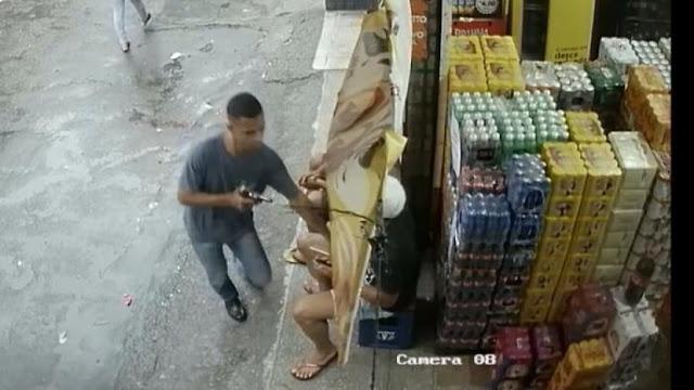 Em 15 segundos, ladrão saqueia clientes e funcionários de depósito em Pernambués; assista