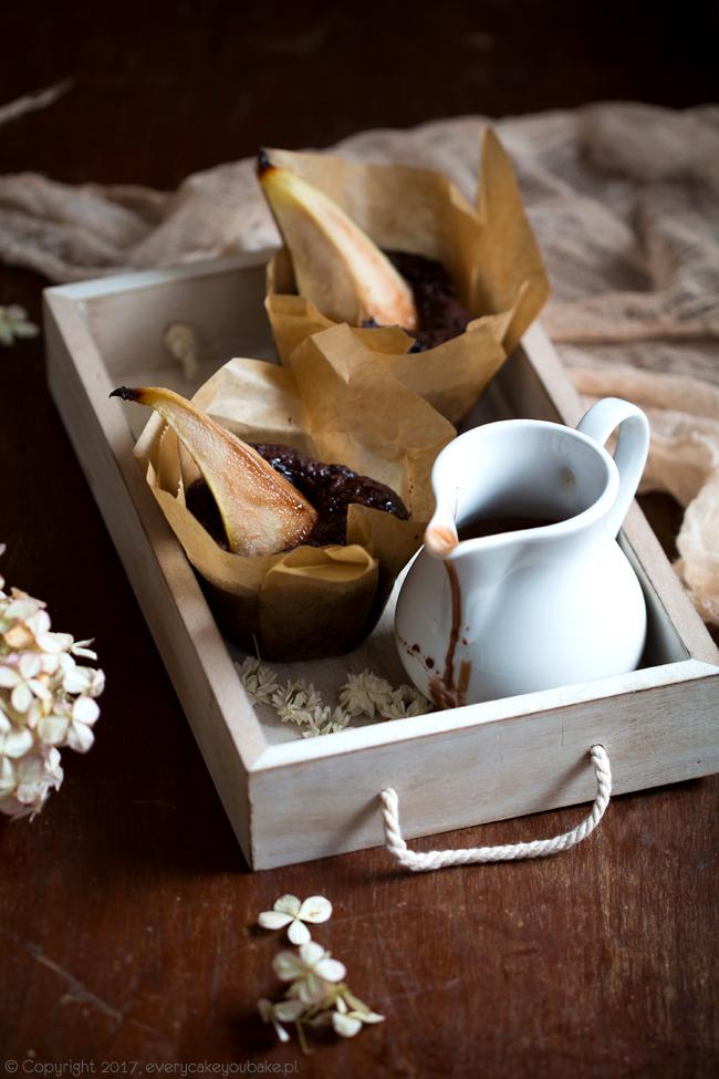 muffinki czekoladowe z gruszką i sosem czekoladowo-gruszkowym