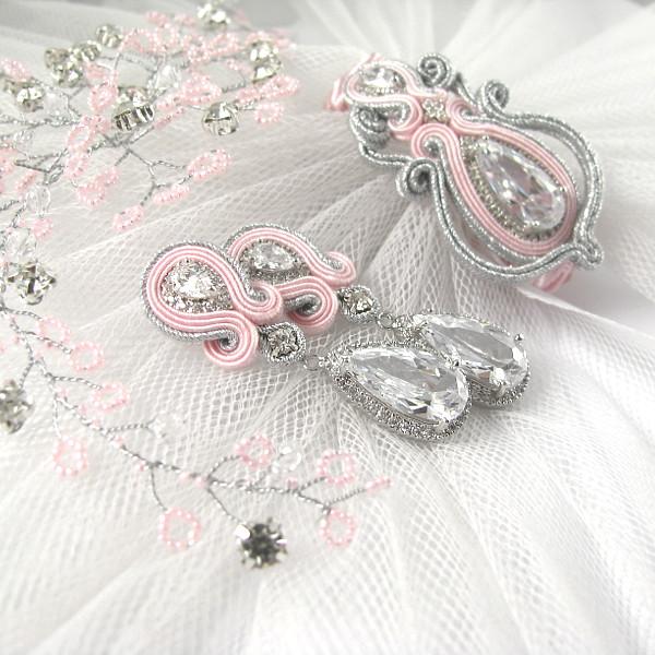 Sutaszowa biżuteria ślubna w kolorze różowym.