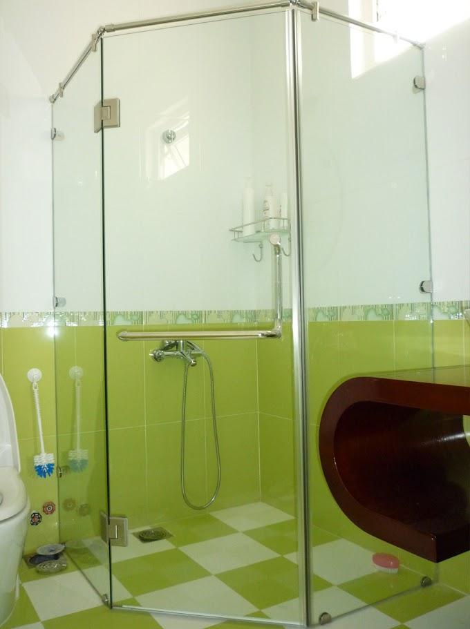 Một số mẫu vách kính cường lực phòng tắm nhỏ