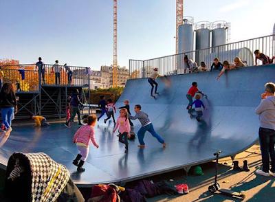 Enfants toboggan sur le skatepark