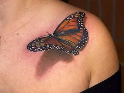 tatuaje con una mariposa monarca con aspecto