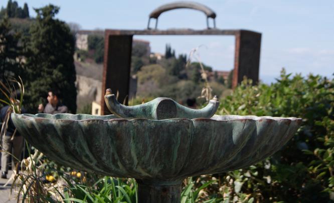 Escultura i font al Giardino delle Rose