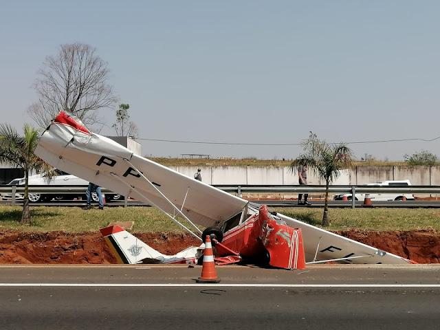 Avião de pequeno porte cai em frente à base da Polícia Rodoviária em Bauru