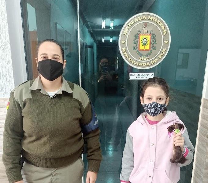 Laura de 9 anos doa mecha de cabelo para campanha da Brigada Militar