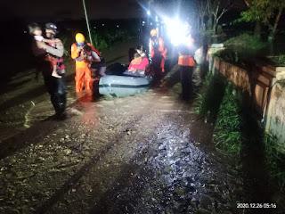 Basarnas Medan Evakuasi Warga Terdampak Banjir di Perumahan De Flamboyan