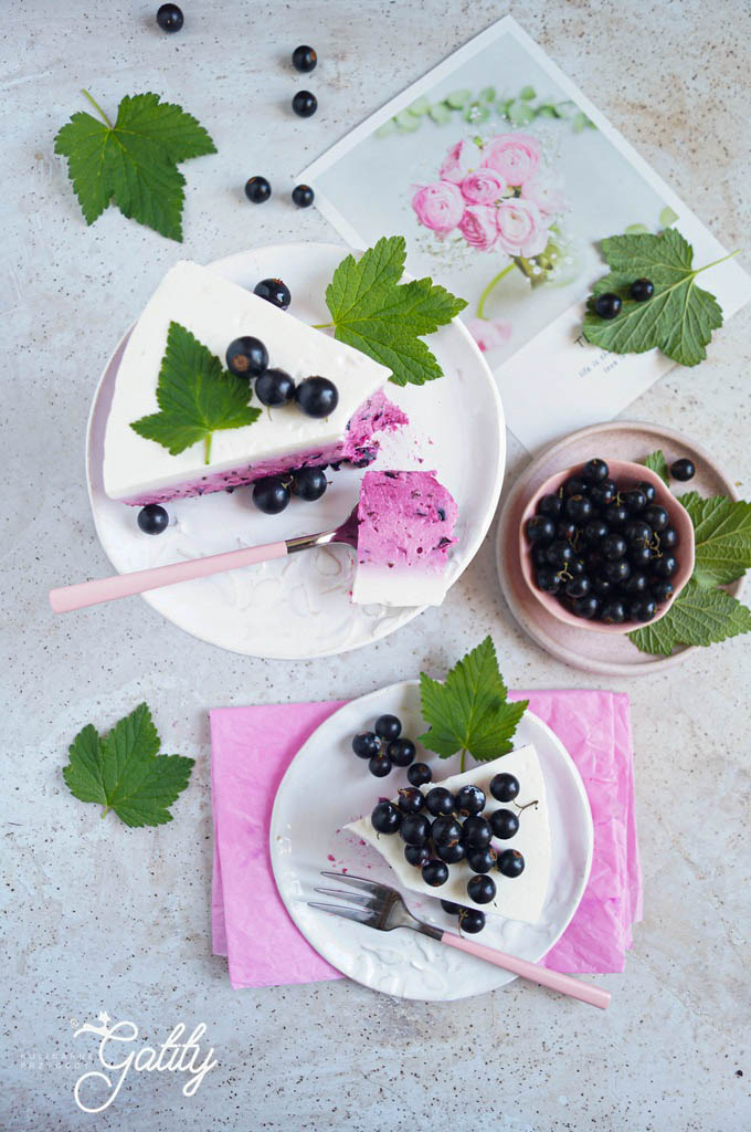 bialo-rozowe-ciasto-z-czarnymi-porzeczkami