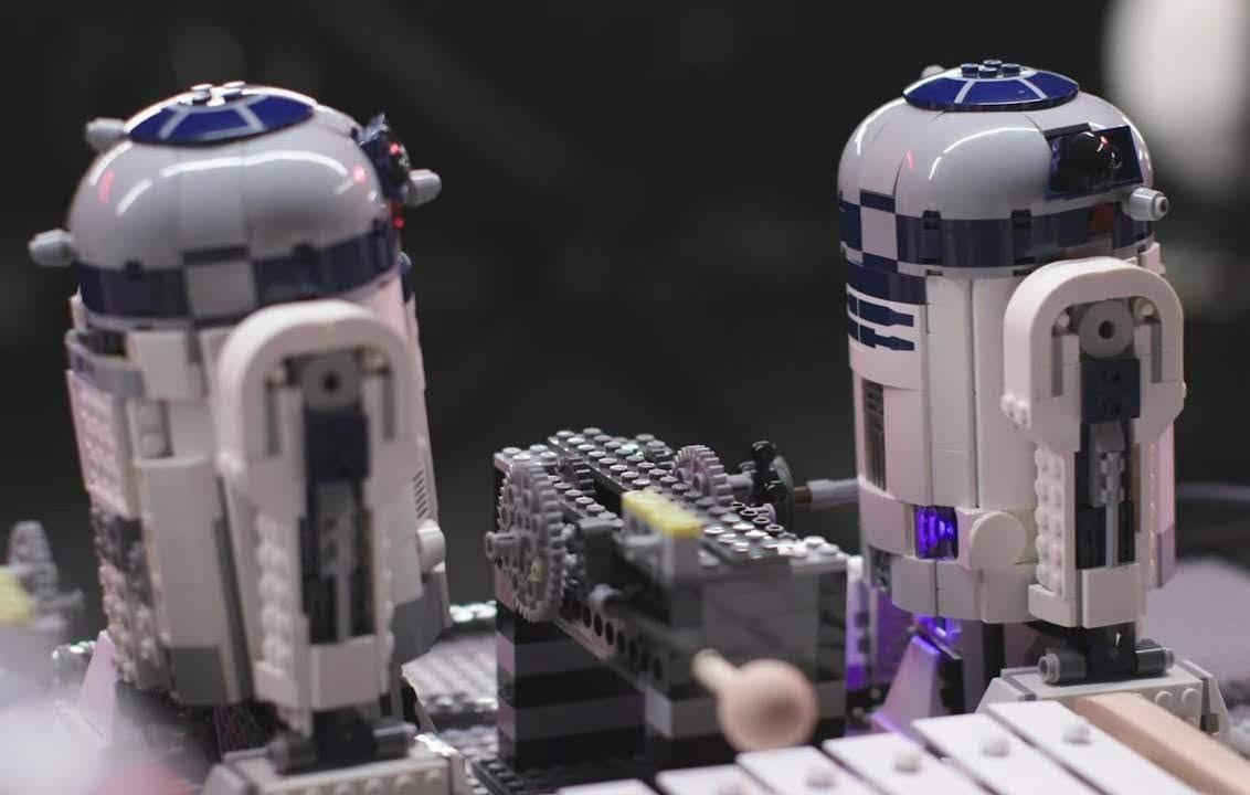 95-Droid Orchestra Plays the Star Wars Theme : 計95体の LEGO のドロイドたちが奏でる「スター・ウォーズ」のテーマ ! !
