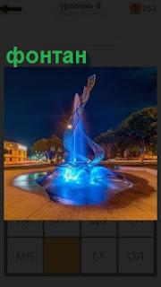 В центре площади установлен интересный фонтан с подсветкой внутри