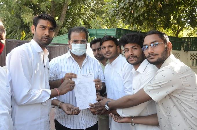 Jaipur News-परिवहन मंत्री खाचरियावास से रोहिताश मीणा के नेतृत्व में मिले छात्र , लो-फ्लोर बस सेवा पुनः शुरू करवाने के लिए सौंपा ज्ञापन