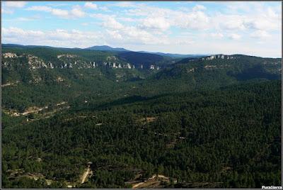 Valle de El Hosquillo, abierto por la izquierda del río y cerrado por la derecha