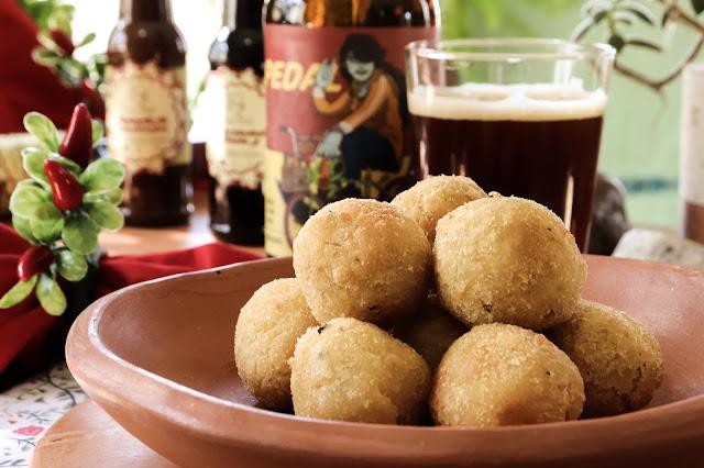 Bolinhas de Queijo e Cerveja Artesanal