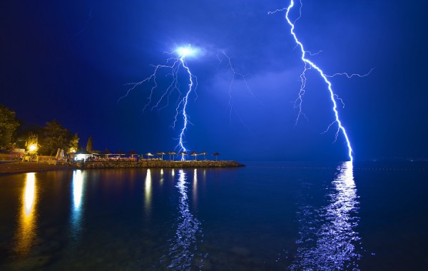 images of lightning strikes