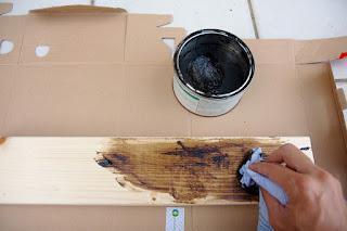 BRIWAXをウエスで塗布する
