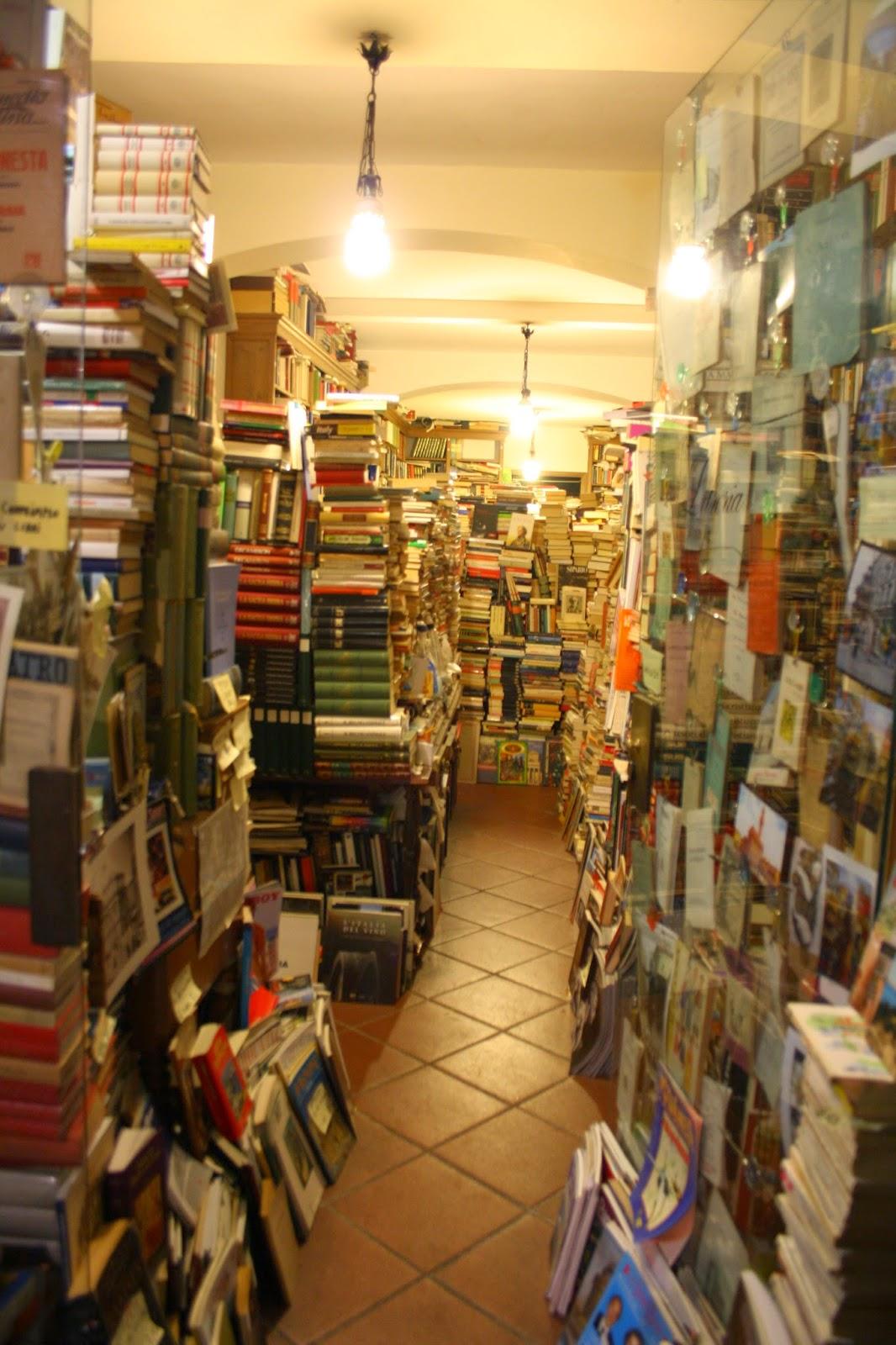 Montones de libros en venta en una librería de Florencia