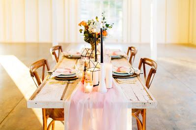 Mesa de boda desnuda con camino de mesa
