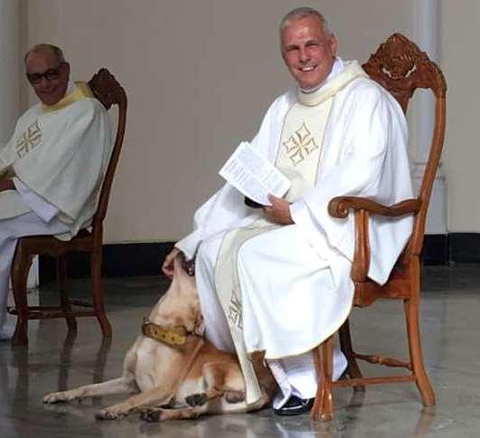 VISITANTE ILUSTRE NA IGREJA EM BH: Padre de BH celebra missa com cachorro e vira notícia internacional. Veja o vídeo.