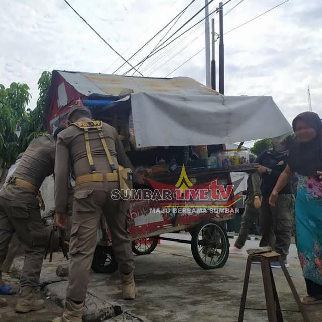 Satpol PP Padang melakukan penertiban terhadap PKL