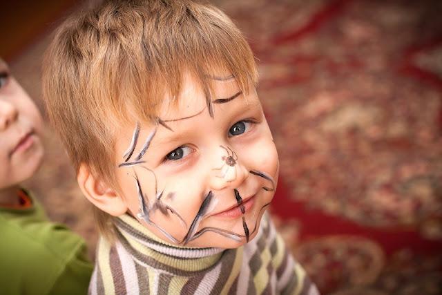 Maquillaje infantil telaraña en todo la cara