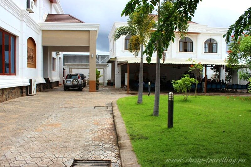 Внутренний двор консульства Таиланда в Лаосе