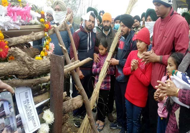 शहीद हवलदार मेजर कुलदीप सिंह पंचतत्व में विलीन, बेटियों ने दी पिता को मुखाग्नि