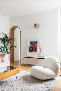 fauteuil pacha en bouclette sur tapis tufté gris et devant ouverture en arche