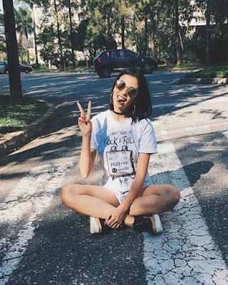 foto tumblr sentada en la calle cebra