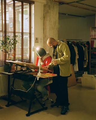 Charaf Tajer en su estudio, de Londres.
