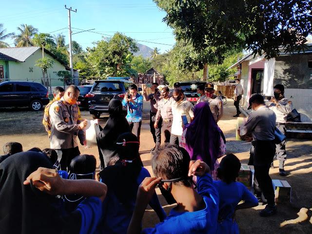 Kapolres dan Wakapolres Sumbawa Barat Bagikan Bantuan Sembako dan Masker Kepada Pondok Pesantren.