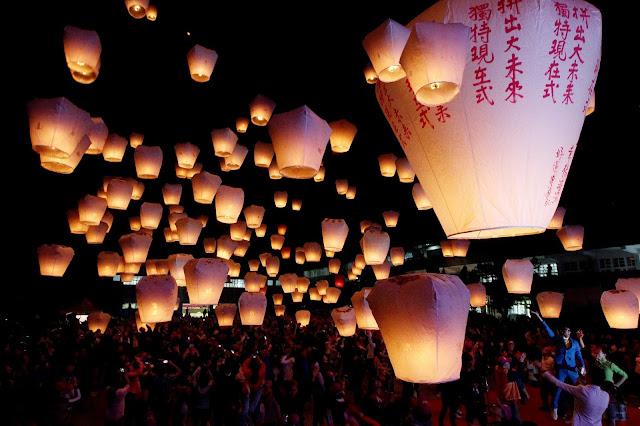 Cứ đến Rằm tháng Giêng hàng năm, khu phố cổ Thập Phần của Đài Loan lại rực sáng với vô vàn đèn trời lơ lửng mang theo nguyện ước của mọi người từ khắp nơi đổ về. Bầu trời sáng rực lung linh, huyền ảo đến nao lòng là khung cảnh bạn sẽ được hòa mình trong lễ hội đèn trời Pingxi tại Đài Loan.