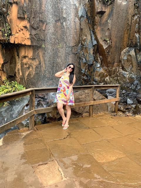 mulher de biquini em uma cachoeira