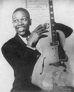 O Charlie Christian με μια Gibson ES-250, η οποία  φέρει την κεφαλή που δανείστηκε το όνομά του