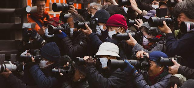 Medio de prensa cubriendo un acto en la ciudad china de Shanghai. Unsplash/Zeg Young