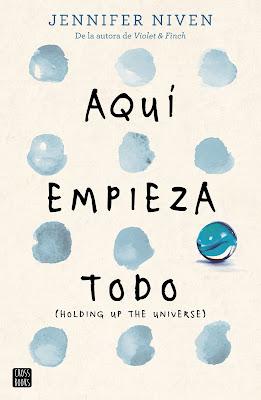 Portada del libro Aqui empieza todo, de Jennifer Niven, donde en un fondo blanco se numerosa nubes dispuestas de tres en tres y una canica azul.