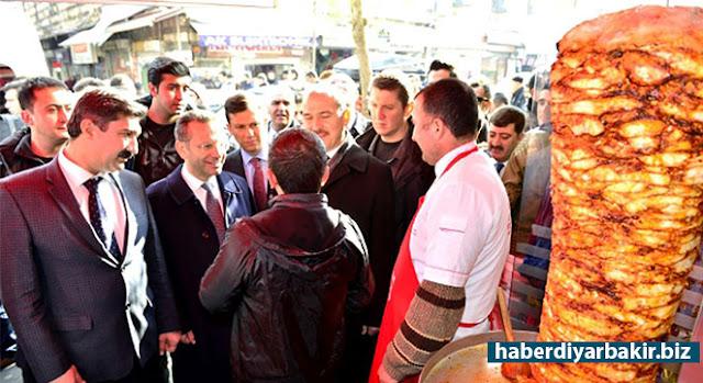 DİYARBAKIR-İçişleri Bakanı Süleyman Soylu Diyarbakır'a gelişinde ilk olarak Valiliği ziyaret etti. Valilik şeref defterini imzalayan Bakan Soylu daha sonra Valilikte gerçekleştirilen toplantıya katıldı.