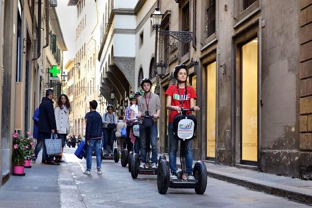 Pessoas fazendo tour de Segway em Florença