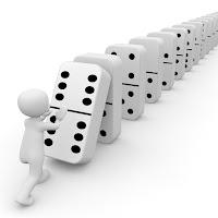 Fichas de dominó de pie en fila. Efecto dominó.