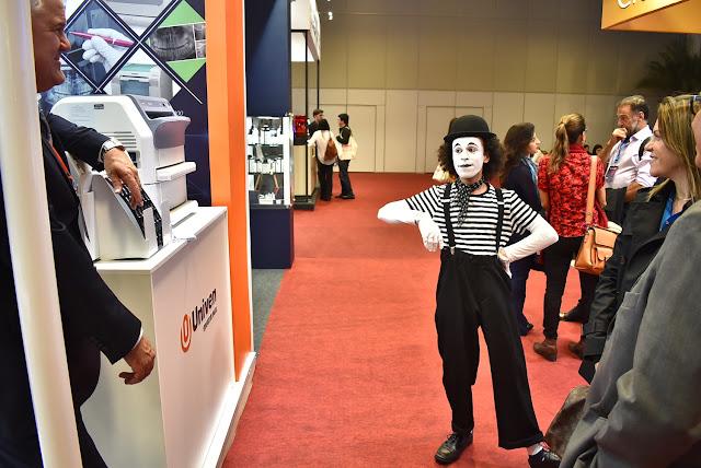 Mímico de Humor e Circo em Congresso Abro interagindo entre os stands da feira em São Paulo.