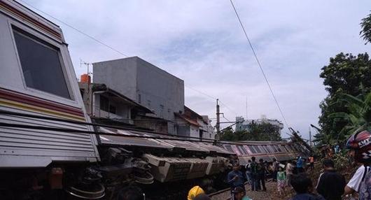 KRL Jakarta-Bogor Terguling di Kebon Pedes!