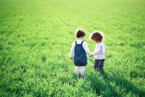 Amizade de crianças que brincam na primavera. #PraCegoVer