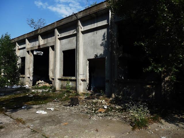 Bliżej ruin budynków