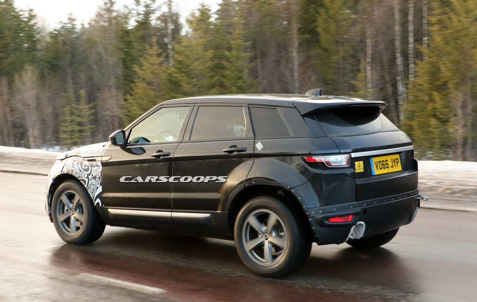 second gen 2018 range rover evoque mule keeps its secrets hidden carscoops. Black Bedroom Furniture Sets. Home Design Ideas