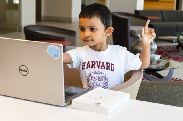 criança em laptop