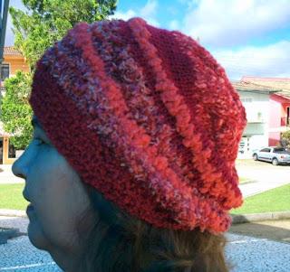 gorro de lã laranja na cabeça de uma mulher