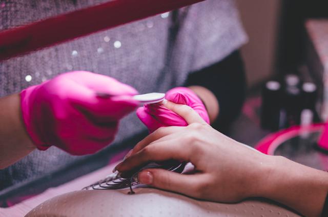Salon Lady Damaging Client's Nails