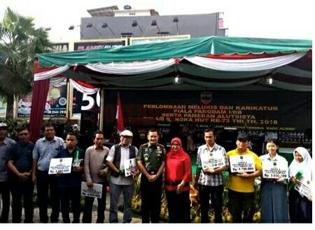 Dua orang peserta Lomba Melukis dan Karikatur dari Korem 032/Wbr tingkat Kodam I/BB meraih Juara