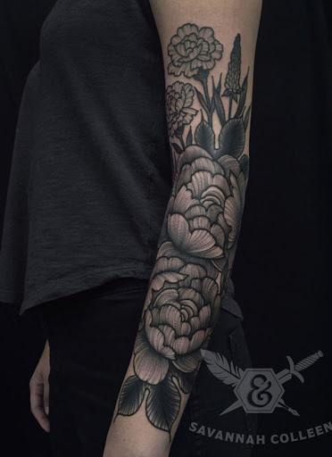 Floral inspirado manga da tatuagem. Com tinta Nas cores cinza e preto, a tatuagem é composto de várias flores e folhas, tornando a aparência de você ter o seu próprio buquê de direito em suas mãos. (Foto: Fontes de imagem)