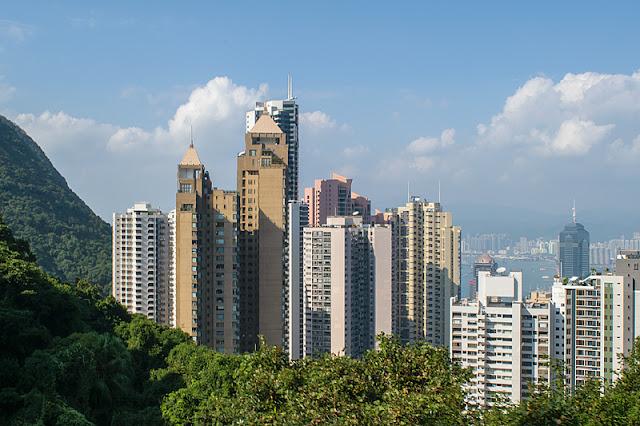 Gratte-ciel qui se dressent sur les pentes boisées de l'île de Hong Kong